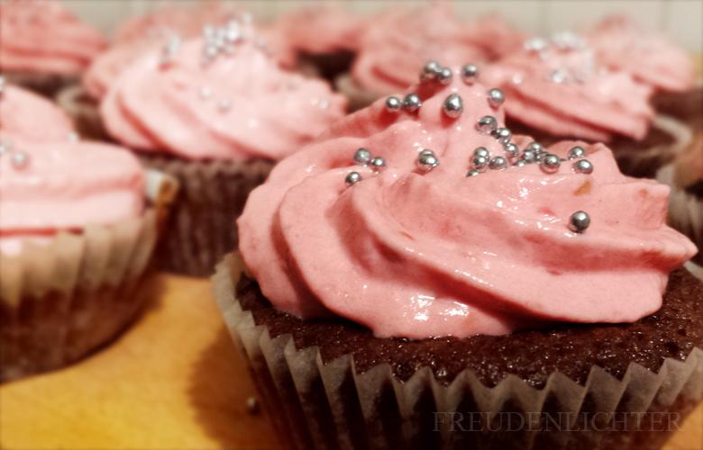 Schokoladen-Cupcakes mit Himbeer-Topping